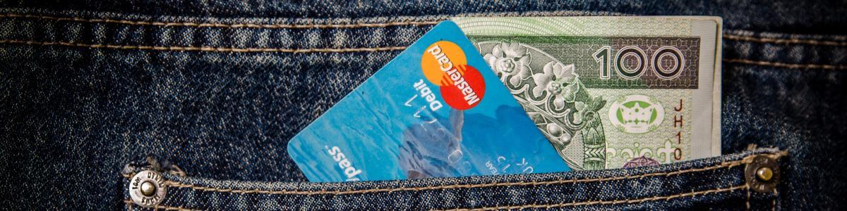 bukselomme med kort og kontanter