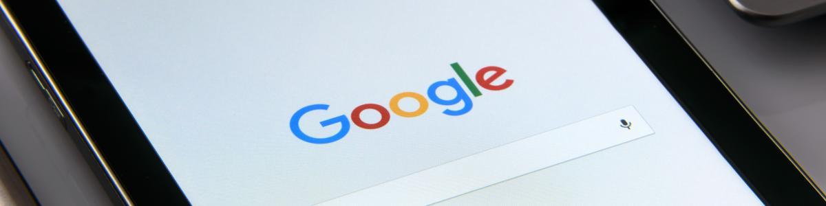 Nærbillede af iPad eller anden skærm med Google og dets søgefelt