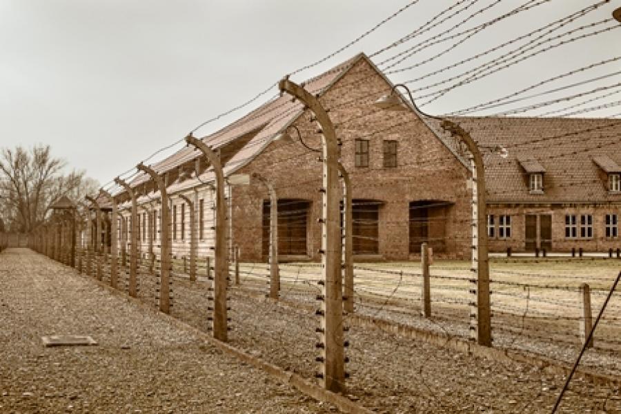 Billede af en bygning i en koncentrationslejr.