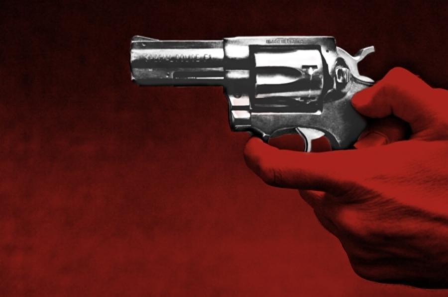 Billede af et par hænder der holder en pistol.
