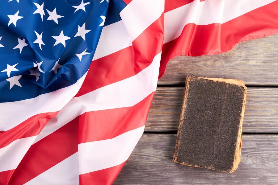 Amerikansk flag med bog ved siden af