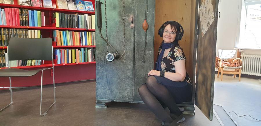 Billedet forestiller Christina siddende i tidsmaskinen.