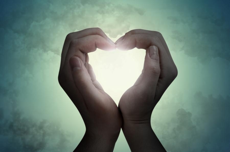 Foto af to hænder der former et hjerte.
