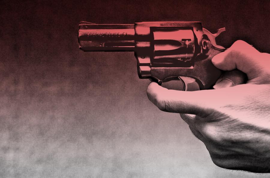 Billede af en hånd der holder en pistol.