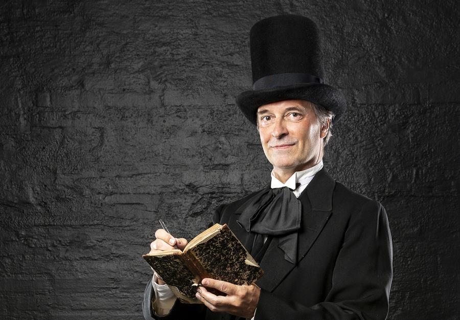 Billedet forestiller skuespilleren Martin Brygmann klædt ud som H.C. Andersen.
