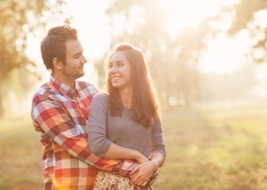 Et billede af en mand og en kvinde i romantisk omfavnelse.