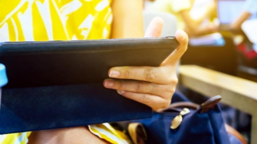 Billedet forestiller en kvinde med en tablet.