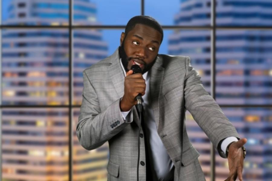Billede af en mand med en mikrofon.