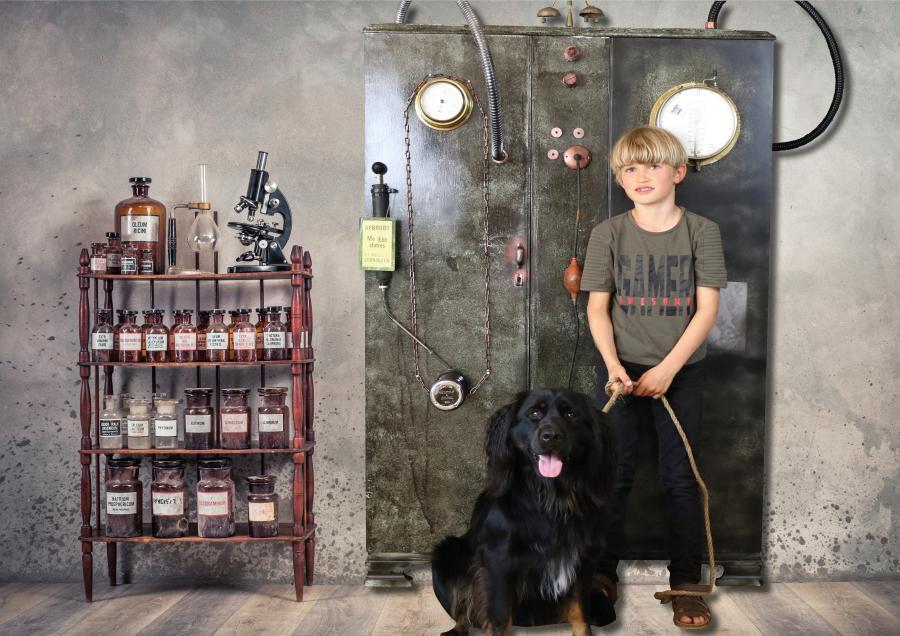 Dreng med hund står foran tidsmaskine