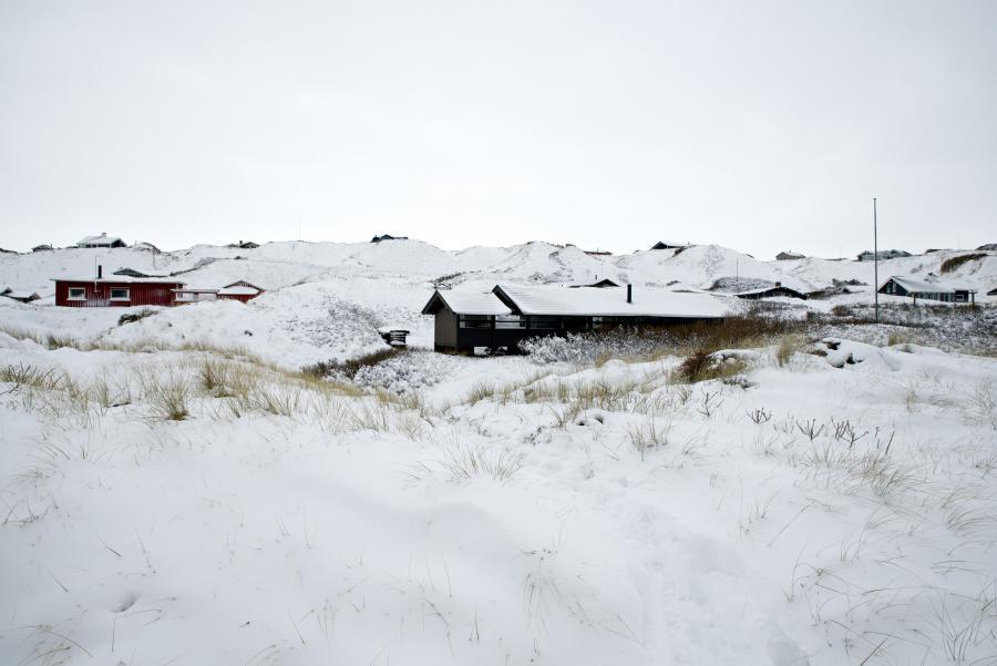 Sommerhuse ved vestkysten dækket af sne
